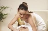 乳房:现代医学认为,乳房上有皮脂腺及大汗腺,乳房皮肤表面的油脂就是乳晕下的皮脂腺分泌的。