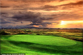 爱尔兰。起伏的绿色山丘远远延伸至高尔夫球场之外。爱尔兰最好的两个球场是位于北爱尔兰的皇家波特鲁什高尔夫俱乐部(Royal Portrush)和皇家乡村高尔夫俱乐部(Royal County Down)。