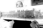 原8341部队一连的值班长崔德全展示1962年多名国家领导人合影的党代会原版老照片。据崔德全回忆:1962年时8341部队还叫3747部队,他在1964年转业,警卫队改名为8341应该是1964年之后的事情了。