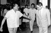 """1977年8月,邓小平当选为中共中央副主席,次年又在为十一届三中全会作准备的中央工作会议上发表《解放思想、实事求是,团结一致向前看》的讲话,""""经过这次全会,形成了以他为核心的中国共产党第二代领导集体""""(《邓小平文选卷3》)。到1981年6月底,邓小平已身兼中央军委主席及中共中央副主席两大要职。但他终其一生都没有当过国家主席,对于这一问题,他在后来会见香港《明报》的创始人查良镛(金庸)时作了一番有趣的回答。"""