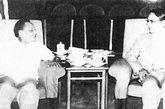 """一九八一年七月十八日上午,邓小平以中共中央副主席的身份会见香港《明报》社长查良镛,即武侠小说家金庸。这是邓小平第一次在人民大会堂正式单独会见香港同胞,在当时引起了世界轰动,亦对""""大侠""""金庸产生了巨大影响。"""