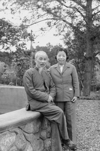 胡志明访华 抱着毛泽东又亲又啃