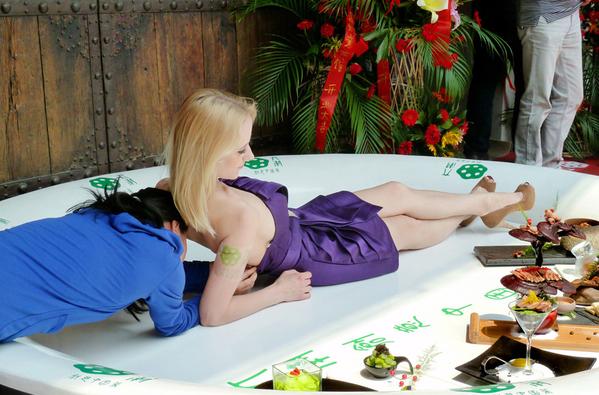 秀色可餐行为艺术:美女躺菜盘组图