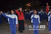 演员宁露与孩子们一起表演《感恩的心》