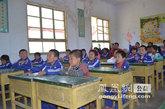 孩子们认真地听志愿者讲课
