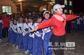 演员李鑫雨带领孩子们做游戏