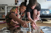 亨利·哈格里夫斯和他的助手在工作室使用焦糖布丁火炬通过锡纸涂黑面包。
