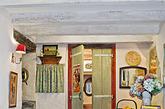 仿古风格瓷砖故意将瓷砖表面打磨和形成不规则边,造成经岁月侵蚀的模样,以塑造一种历史感和自然感。