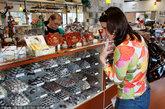 """加州旧金山的美食家之旅(Gourmet Walks)。旧金山是一波新兴""""艺匠型""""巧克力的生产中心,三个小时的导览可以让游客体验当地的特有风味并接受品尝技巧培训。驻足的地点可能会有变化,但可能包括""""脱口秀女王""""奥普拉喜爱的一种瑞士巧克力,以及一个载有15个国家的225种巧克力块的报摊。"""