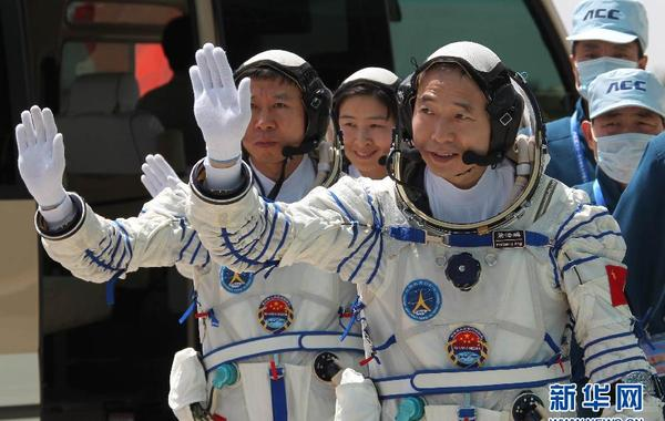 神九乘组航天员景海鹏、刘旺、刘洋在发射场参加联合演练(6月12日摄)。 新华社记者王建民摄 …