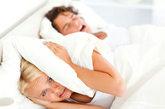 坏习惯8.蒙头睡觉。蒙头睡觉容易引起呼吸困难、大脑缺氧,让人常做噩梦。如果把头蒙在被窝里,几乎不能与被窝外的空气交换,随着呼吸,被窝里空气中的氧气越来越少,二氧化碳却越积越多,再加上被窝里还有其他污浊的气体,会影响呼吸的正常进行。若是患心血管病的人,呼吸不畅还存在诱发猝死的可能。被窝里有很多织物碎屑、皮肤碎屑和多种致病菌,能诱发呼吸道炎症、肺结核等病。