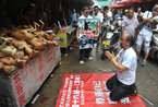 广西玉林男子在狗肉市场下跪谢罪
