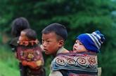 【他们的贫穷让人看了心酸】在布拖,随时都可看到10岁左右的小孩子背上背着更小的弟弟,妹妹。生活的艰辛让他们比城里的小孩更早地挑起了生活的重担。