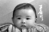 """神舟九号飞天,中国第一位女航天员也将首次进入太空,来自河南的刘洋成为这个幸运者,刘洋这个名字在一夜之间成为""""热词""""。有关刘洋的各种鲜为人知故事,引发媒体强烈关注,刘洋的成长私房照也首度曝光受到网友热捧。接下来小编就为您揭秘这位""""神女""""的成长经历、家庭背景和爱情传奇。6月17日,神舟九号载人飞船成功发射升空的第二天,记者走进中国首位女航天员刘洋在河南郑州的家中,倾听她的成长故事。图为刘洋百天照 (图片来源: 资料图)"""