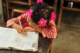 学生趴在桌上专心的做练习题。
