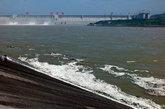 7月3日,湖北宜昌,三峡大坝开闸泄洪。随着长江洪水漂浮的各种垃圾被排下后聚集三峡大坝下游长江岸边,有白色泡沫、废弃酒瓶、废旧鞋物等,令人触目惊心。