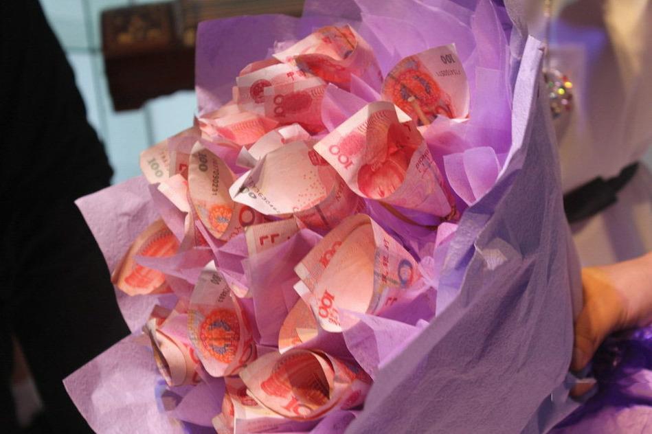 有玩家将一位showgirl手中的玫瑰花扔掉,送上自己准备的现金花束,被图片