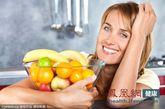 生活中我们都知道空腹喝牛奶、酸奶、豆浆、酒和茶不利于健康。据《今日美国》健康新闻报道,我们还需切忌空腹食用橘子、山楂、香蕉和柿子4种水果。 (图片来源:东方IC)