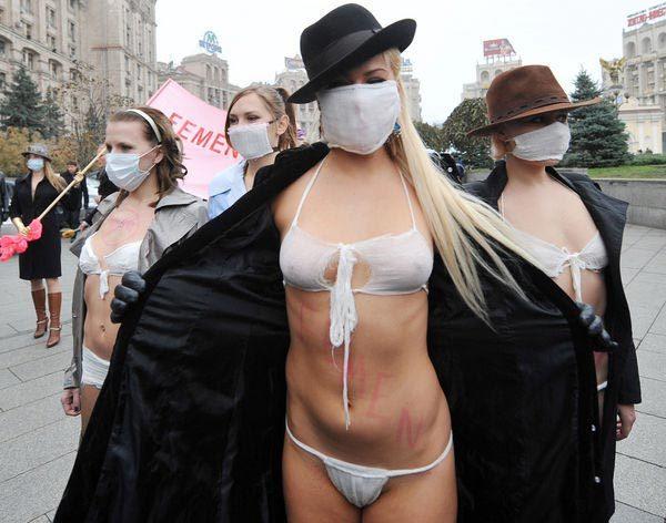 乌克兰美女身穿口罩