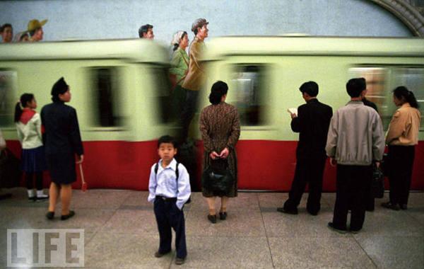 图为平壤地铁站。摄影:雅尼思-康德斯(Yannis Kontos),北极星图片社,2010年12月8日。  限制无处不在,出行,交流,能看见什么,不能看见什么。所有访问北朝鲜的西…