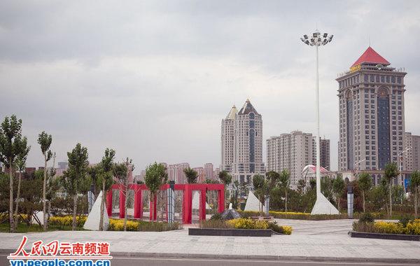鄂尔多斯,中国西北部最具神秘色彩的财富城市。早在2004年之前,它曾是内蒙古最为贫困的地区。2010年,160万鄂尔多斯人的人均GDP超过北京和上海,令人咂舌的财富增长速度让这座曾经名…