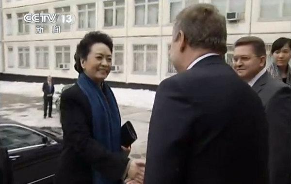 当地时间3月23日,彭丽媛参观俄罗斯孤儿学校。