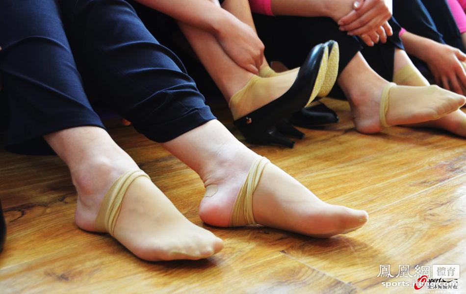 女孩们脱下鞋让脚放松放松
