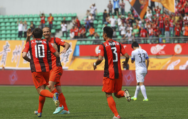 图为穆斯利莫维奇和米西莫维奇庆祝进球.