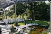 这是一个坐落在瑞典利丁厄岛的充满活力的现代别墅,由瑞典建筑师托马斯·埃里克森一手创建。面积561平方米的别墅拥有许多豪华的设施和元素:大型水疗,酒房,花岗岩淋浴间,四间卧室和敞开的内部空间。整个度假屋适合开大型团体派对,是个娱乐和放松的绝佳场所。(实习编辑何丽晴)