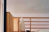 尺寸不一、手工木榫拼成的栏杆在看似随意的布置中融入了节奏感和韵律感  主卧,木质胶合板隔成的内部空间就像一幅拼图玩具,精心设置的空缺让人能隐约一窥室外的树影。