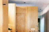 厨房是新辟的独立房间,在墙壁和天花板间的空隙引入了自然光。