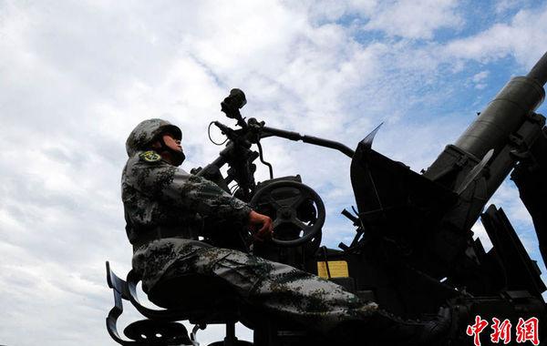 7月29日,中国人民解放军陆军第47集团军防空旅向中外记者开放,48家中外媒体的记者来到位于西安市临潼区驻地参观访问。图为高炮连正在演示训练科目。张远 摄…