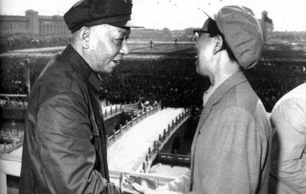 """众所周知刘少奇是文革开始前毛泽东已经决定第一个要打倒的对象。作为毛主席的妻子,助手以及""""狗""""(逮捕四人帮后江青声称甘愿做主席的""""狗"""")对此心知肚明。但是在1966年国庆节,江青在天安门城楼上仍与刘少奇谈笑风生。"""