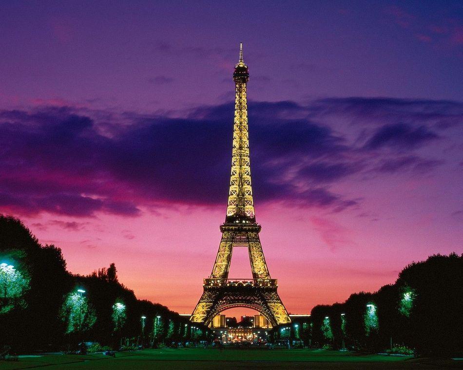 埃菲尔铁塔是一座于1889年建成位于法国巴黎战神广场上的镂空结构铁塔