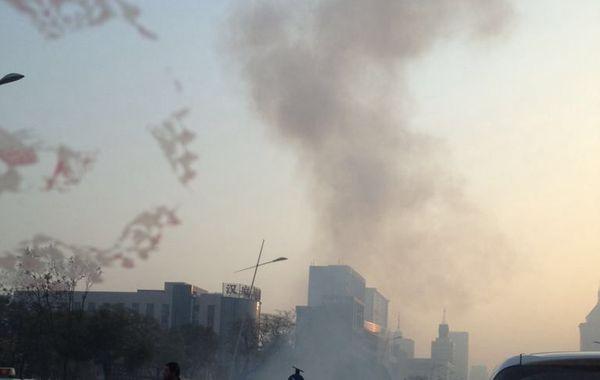 据多名网友爆料,山西省委门口今晨发生连环爆炸,据称有七声,迎泽大街已封路,目前正在营救伤者。…