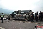 重庆高速多车相撞 押钞车被撞变形(1/6)_图1-9