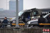 重庆高速多车相撞 押钞车被撞变形(1/6)_图1-10