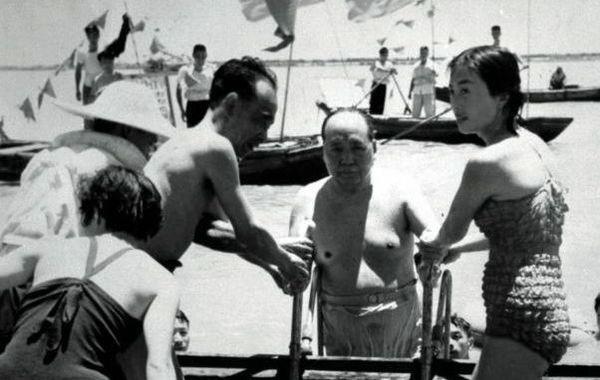 张玉凤(1944年-),女,黑龙江省牡丹江市人,1960年代曾任职于牡丹江铁路局的餐车服务员,广播员。图为1966年7月,身着泳装的张玉凤陪同毛泽东最后一次游长江。