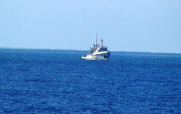 据越南媒体报道,当地时间2月3日,越南海军在南沙群岛染青沙洲(越南称东景宏岛)附近发现了一艘中国海军的军辅船,该船在海面投下浮标,而后在染青沙洲越南海军迅速出动将这一浮标拖走。据越南方面公布的照片显示,这艘中国海军军辅船舷号为北拖712,而在被拖回的浮标上,发现标有CMDC-2的字样,浮标表面有疑似弹孔。图为越南拍摄到的中国海军军辅船北拖712