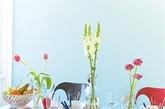 欢乐餐桌    乡村风格的长实木餐桌,俏皮可爱的花卉图案分布在餐具和餐巾上,形成了统一又相呼应的画面,质感润泽的瓷器和晶莹剔透的玻璃搭配,加上早春的几枝鲜花点缀,让餐桌有了更多情调。    打造方法:将同一系列的餐布和餐具搭配,给餐桌带来良好的视觉效果。用明亮的红色、浅蓝、米色和粉色,与三种不同图案互相组合,让餐桌多了几分轻松活泼。
