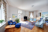 这套公寓巧用色彩混搭,充满魅力的蓝色与气质十足的黄色相搭配,给人一种相得益彰的感觉。在这样一个空间里生活,是不是很有温馨的感觉呢?(实习编辑李丹)