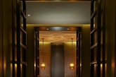 华尔道夫酒店系列是希尔顿全球的最顶级奢华品牌,北京华尔道夫酒店将京城风韵与经久优雅完美融合。酒店内部装饰由雅布&普歇尔伯格公司的顶尖设计师和工程师们倾力打造,将现代与传统元素巧妙融汇在整个酒店的细节之中。(实习编辑:温存)