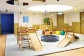 """儿童教育中心,一般都会在脑海浮现五彩斑斓的童趣景象,彩带、卡通、各类玩偶装饰整个空间。但位于香港湾仔区一个名为""""Spring Learing Center""""的儿童教育中心打破了这个传统现象,设计师何宗宪以创新的设计理念从成年和儿童双重视角出发,真正地塑造出有助发掘他们学习潜能的空间。""""树屋""""、""""咖啡屋""""、""""运动场""""、""""煮食区""""……每一个空间都给予孩子们舒适自由的活动空间。 (实习编辑:胡嘉怡)"""