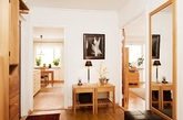 一看这组家居图片,第一感觉就是非常清新宜人,大概是75.5平方的面积大小,粉刷得雪白的墙壁,光线很好,客厅是尼斯大窗户设计,提供充足的自然光线的阳台门,地板都是统一厚厚的真正的橡木镶木地板,透过舒适,宽敞,明亮的客厅,就是大概8平方尺的阳台,非常大,这绿色的主调会令人感觉这是庭院。(实习编辑:胡嘉怡)
