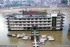 重庆豪华酒店似漂浮水中 船身上建亭台楼阁引争议