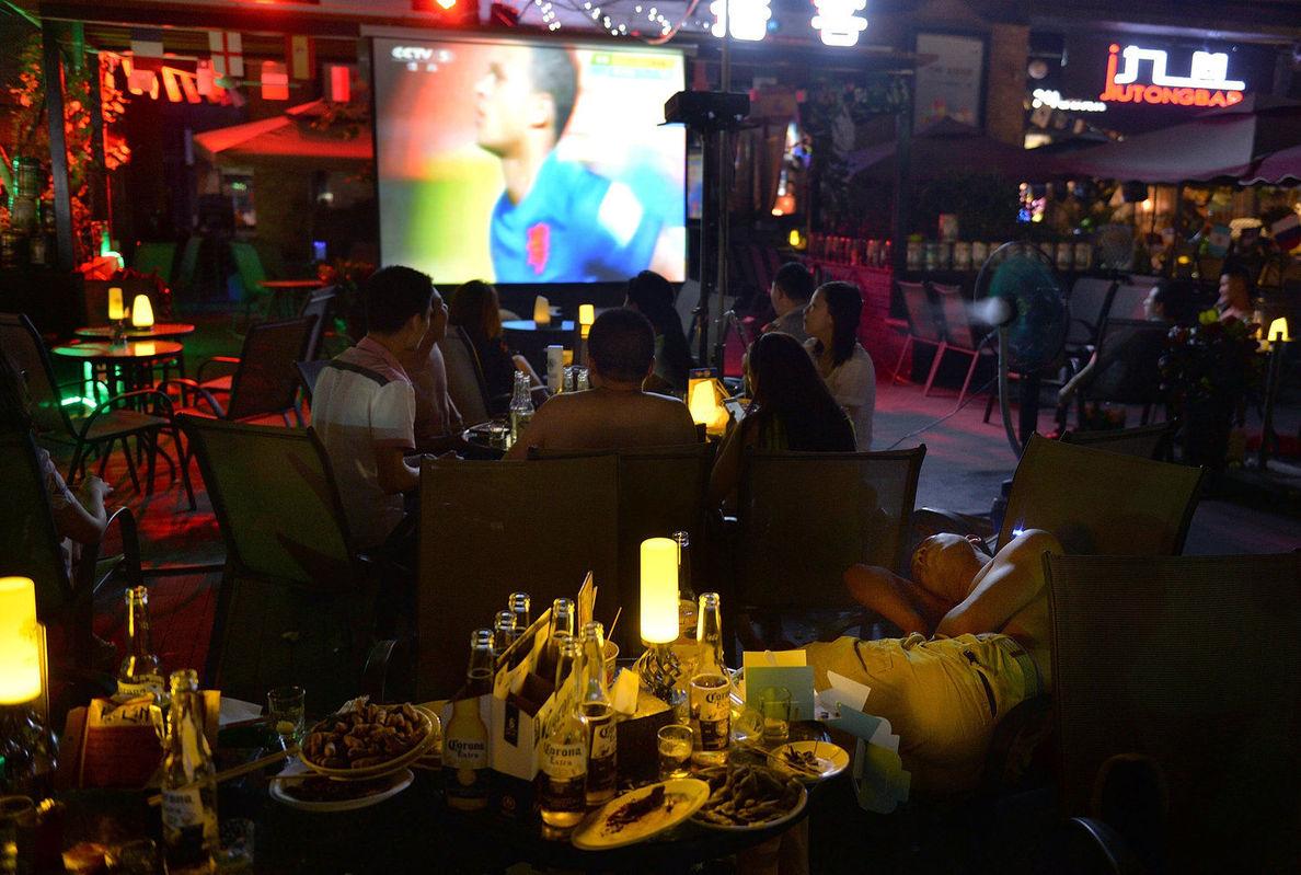 2014年6月19日,四川省成都市,2014巴西世界杯第8日,成都球迷熬夜观看世界杯。