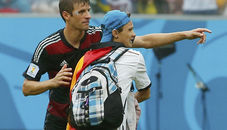 拜仁球迷闯赛场  穆勒示意其离开