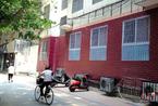 郑州一小学外墙出现喷绘窗户  效果足以以假乱真