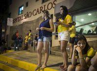 巴西死忠球迷守候在医院
