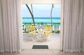 黄色的户外座位的打造是一大亮点,绿色阳台栏杆配合海洋清澈的蓝色显示浓浓的热带风格。(实习编辑:温存)